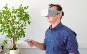 Exposition avec casque et manette de réalité virtuelle